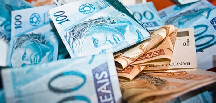 Bolsonaro aumenta o próprio salário, enquanto renda dos brasileiros só diminui